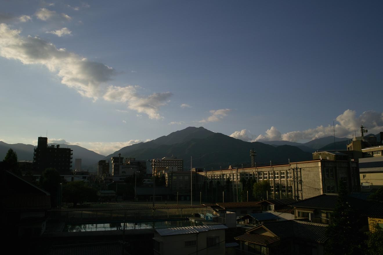 飯田市立追手町小学校と風越山