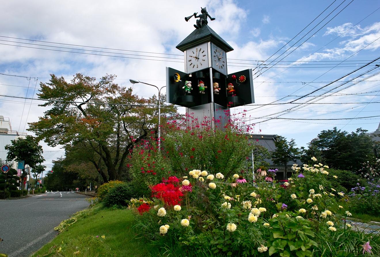 飯田市ハミングパル(人形時計塔)と紅葉が始まった桜並木
