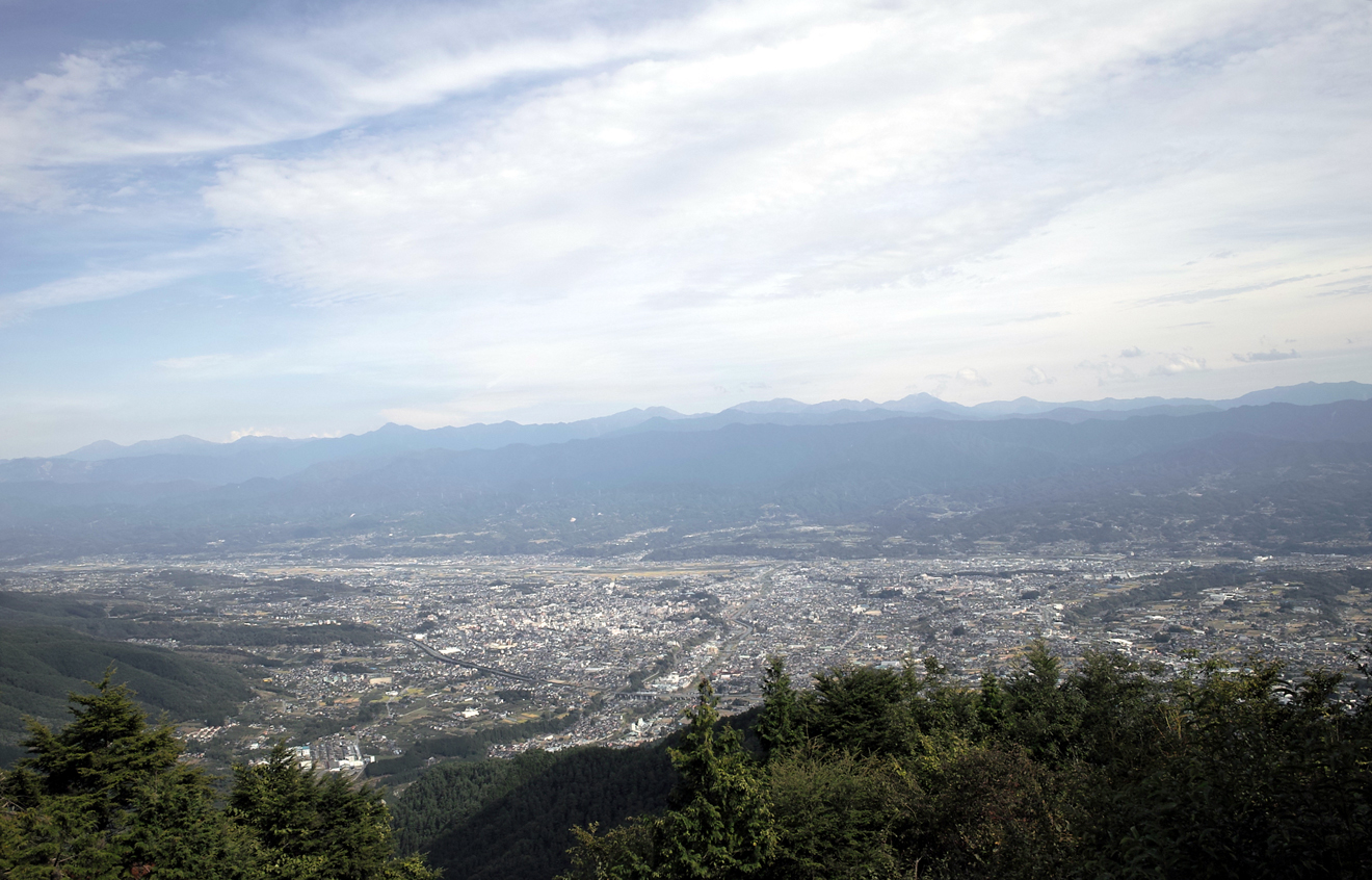 笠松山から望む飯田市街と赤石山脈