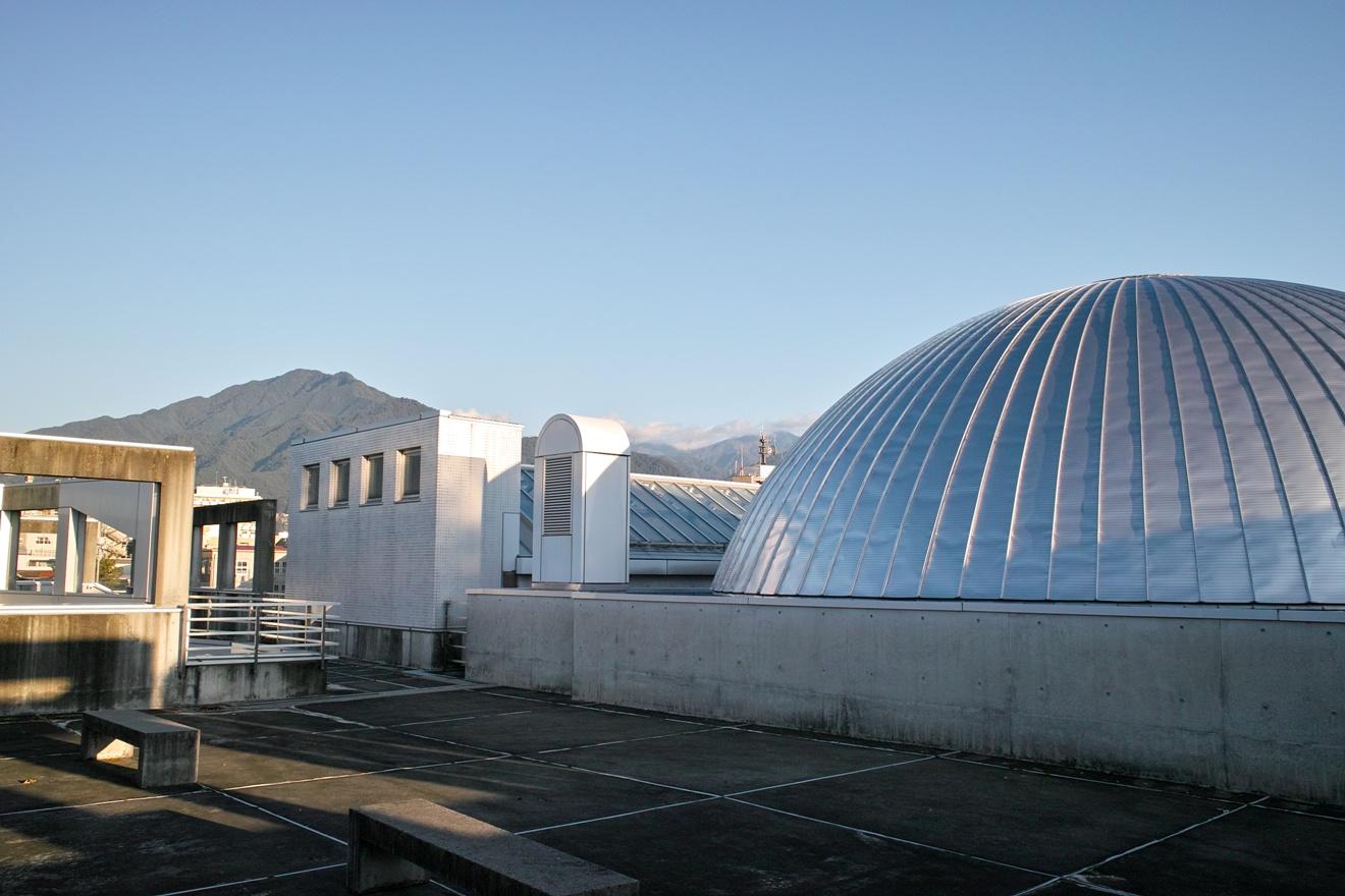 飯田美術博物館プラネタリウムドームと風越山