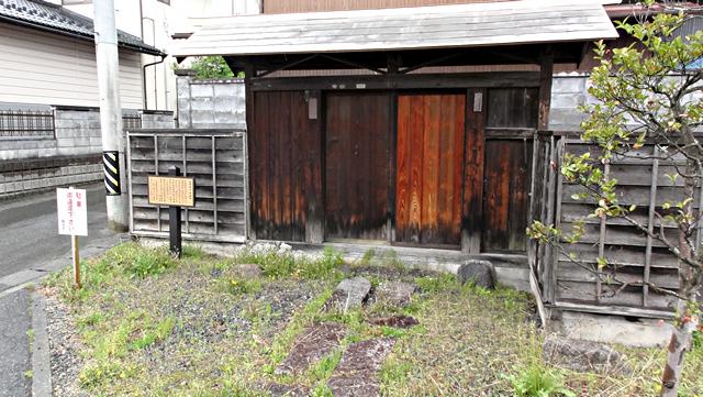 飯田市江戸町四丁目柳田邸跡に保存されている「柳田家の門」